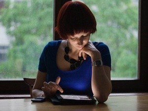 woman-reading-ipad